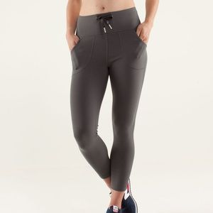 Lululemon RARE Will Crop in Soot Light, Size 4